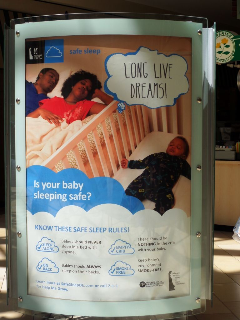 Four simple ways for your baby's safe sleep: Sleep on the back, never sleep with anyone, the crib needs to be empty and make your home smoke-free. #healthDE More details at http://safesleepde.com.