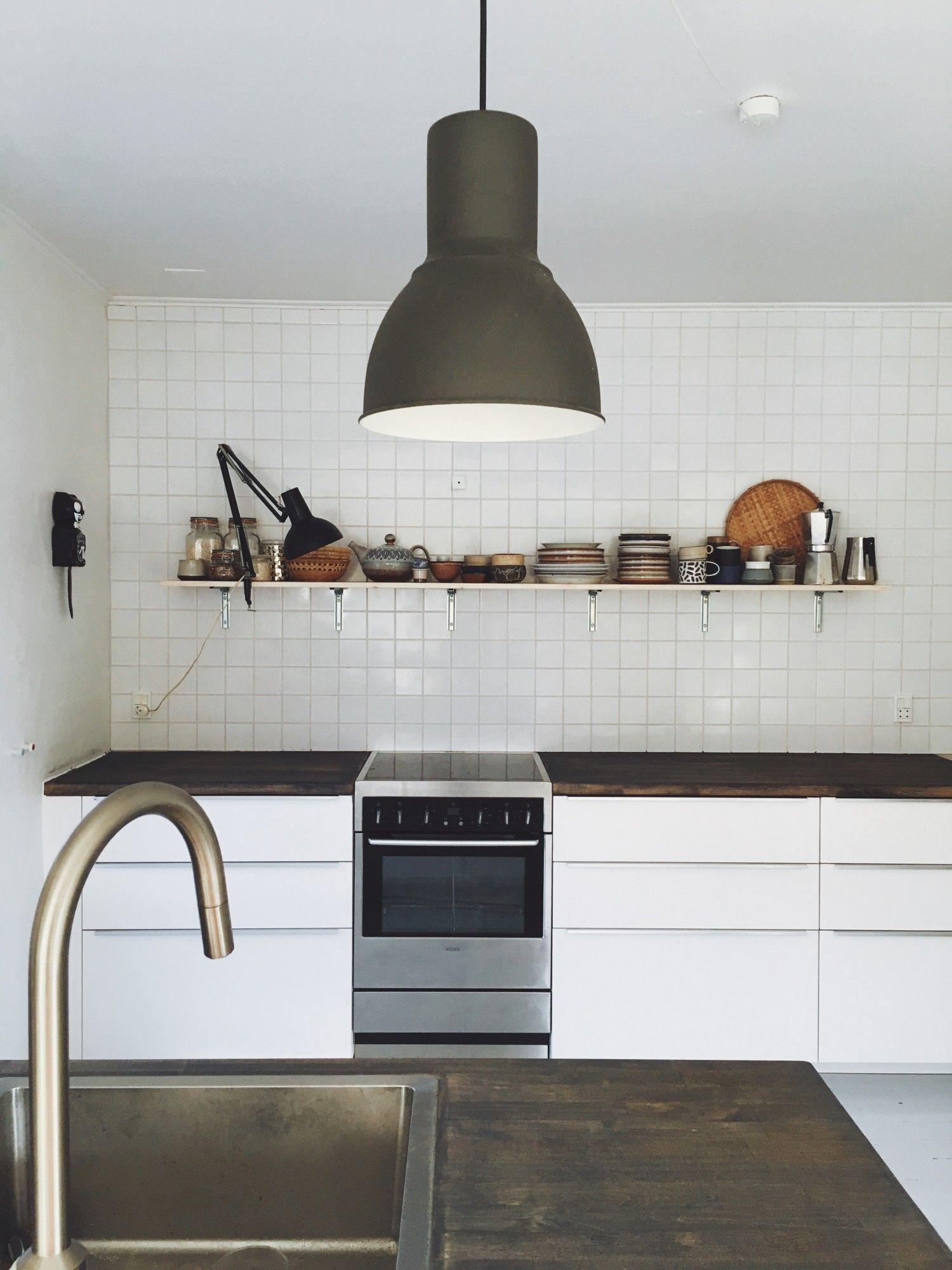 Nu ser køkkenet sådan her ud, færdigt… BUM….. Bordpladen er jeg stadig ikke helt crazy med, men jeg kan ikke lige pt finde en bedre afløser, og OSB pladen elsker jeg i samspil med resten. Den hvide klinkevæg, den lyse fyrtræshylde og vores nye gigantiske køleskab, det hele er super lækkert. Det føles fuldstændig som om vi har fået et sprit nyt køkken…. Bortset fra alt det støv der er fløjet ned i skufferne, og som jeg nu kan begynde at gøre rent… ha ha…..