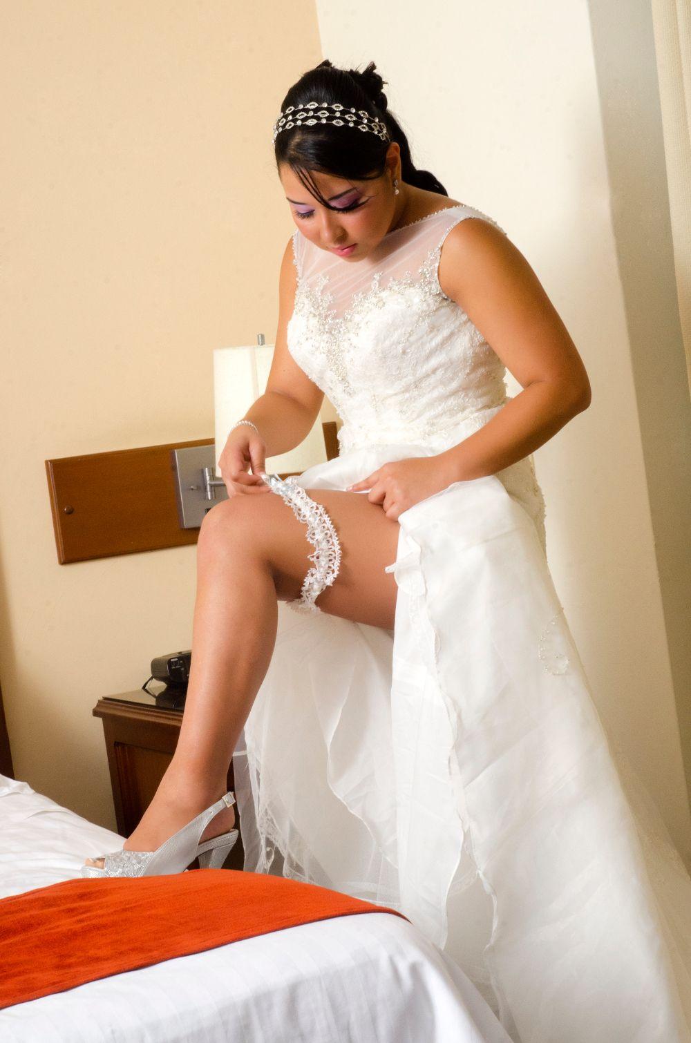Imágenes en boudoir cuando la novia ya está terminando de arreglarse