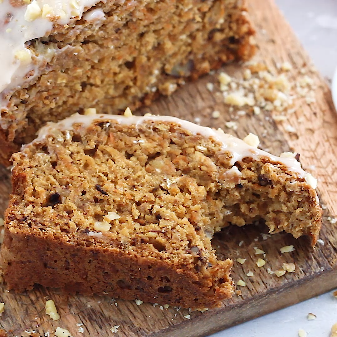 Healthier Carrot Cake Banana Bread with Cinnamon Cream Cheese Frosting #creamcheesefrosting