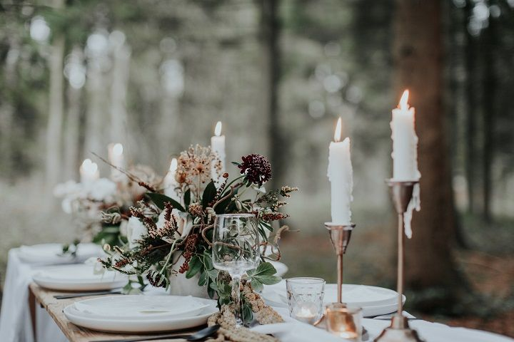 Beautiful woodland wedding table setting + candles | fabmood.com #weddingtable #weddingtablescape #tablesetting #wedding #woodlandwedding #cranberrywedding #autumnwedding #woodland #cozywedding