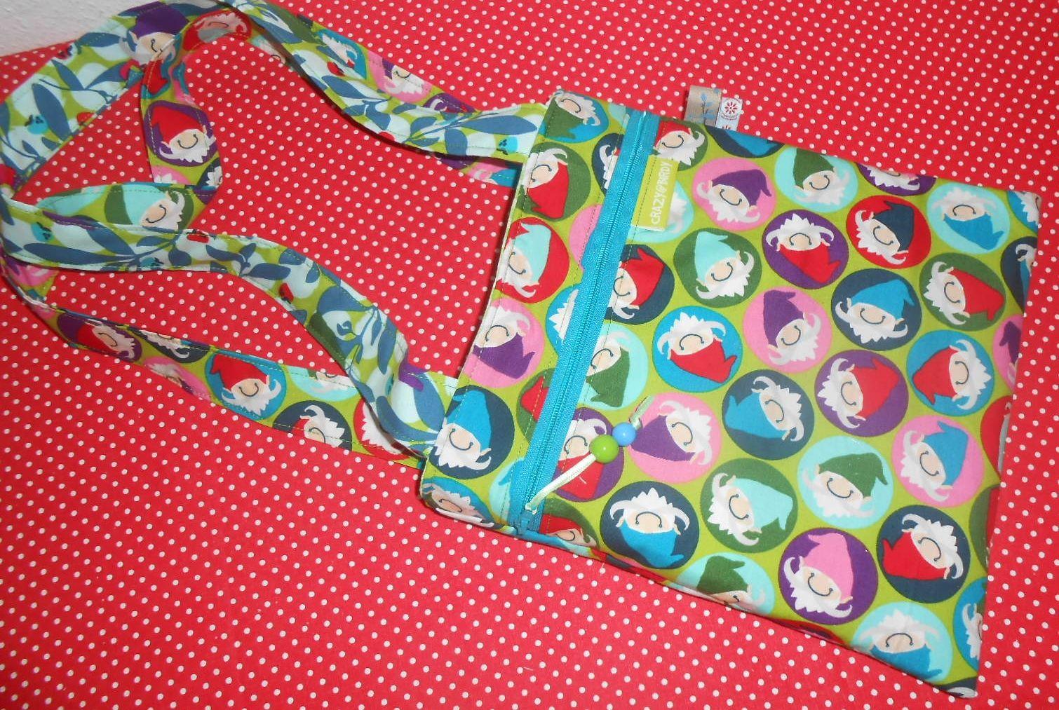 Kindertasche... und was zauberhaftes für Mädchen und Jungs....zum Umhängen ...voll cool...voll praktisch....  100% Einzelstück...100% handgemacht....100% mit viel Liebe  b 22 cm x h 24 cm   Für die Stabilität der Tasche, habe ich die Baumwolle wattiert. Außen mit einer praktischen Reißverschluss Tasche Die Tasche ist innen mit Baumwolle gefüttert und die Henkel bestehen auch aus Stoff und sind ca. 68 cm lang.  www.facebook.com/crazybirdy.handgemacht