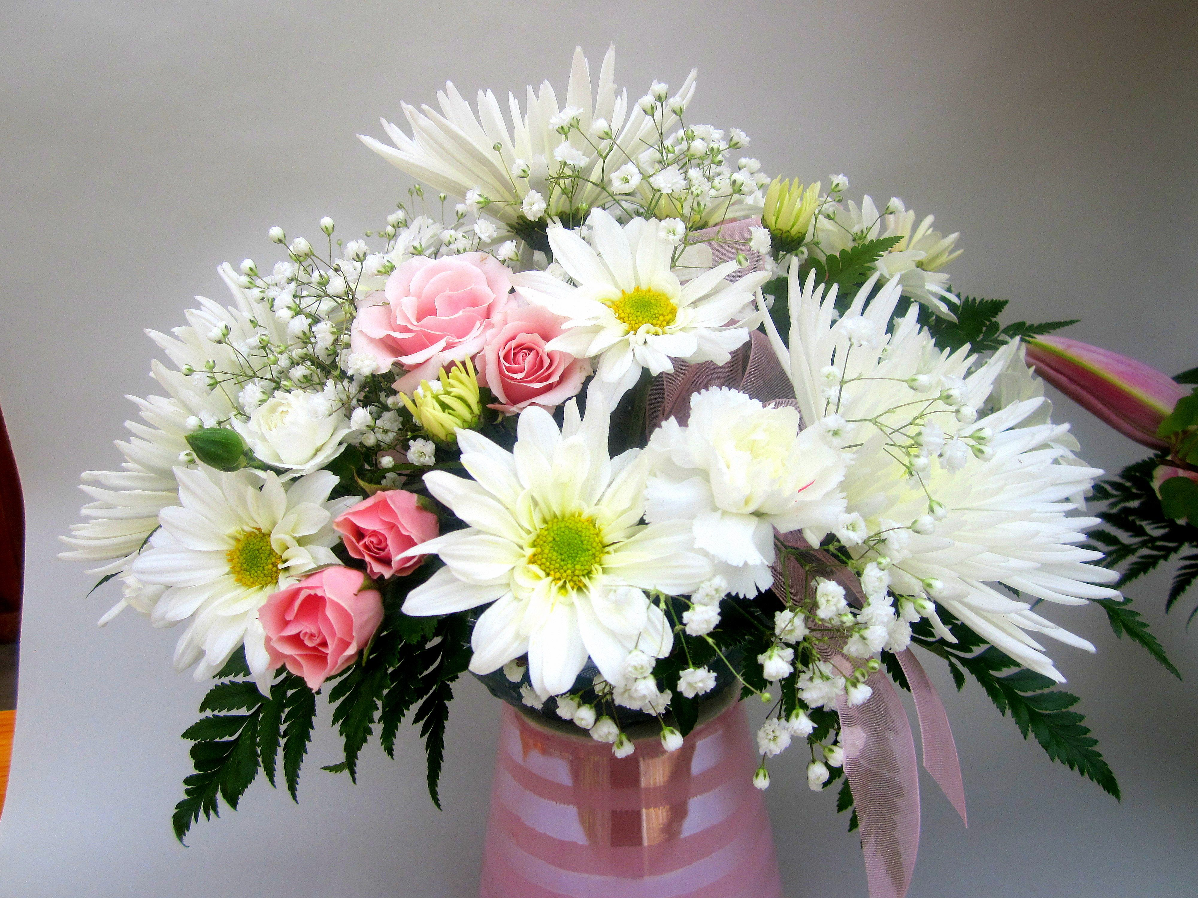 Petite Table Arrangement With White Spider Mums White Daisies And Pink Spray Roses Spray Roses Spider Mums Daisy