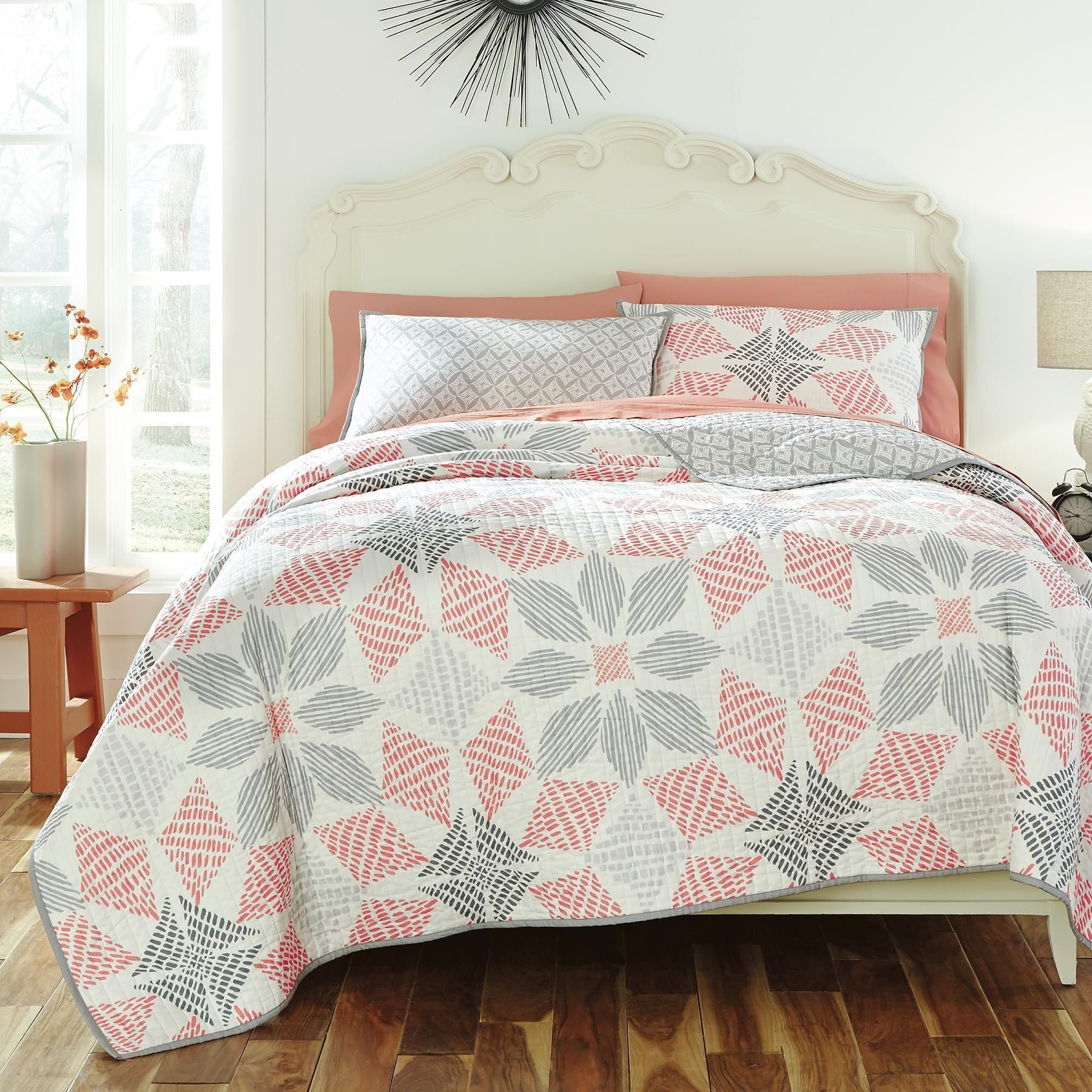 This percent pure cotton quilt features a modern oversized
