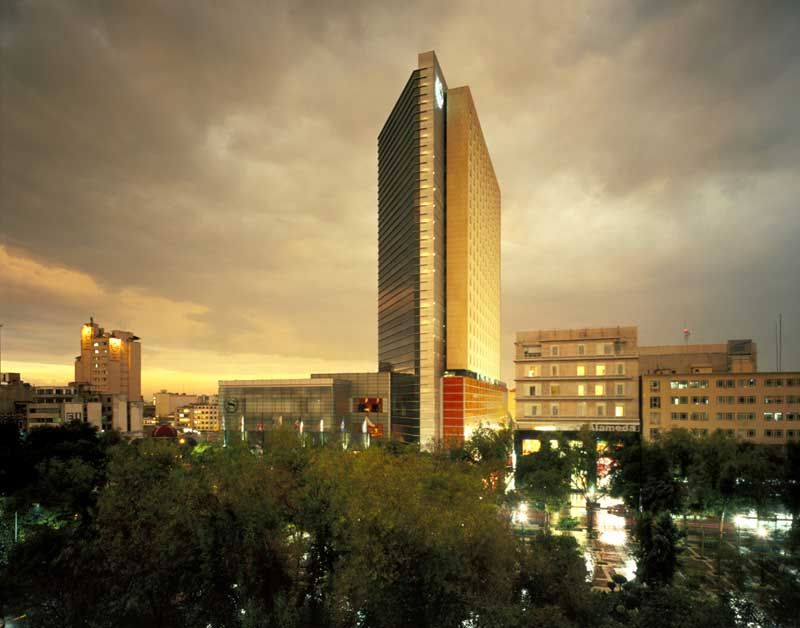 Hotel Sheraton de la Cuidad de México. El hotel tiene muchas habitaciónes, porque es muy alto. De hecho, el edificio es un rascacielos. Los turistas deben alquilar un habitación este verano, cuando ellos visitan México.