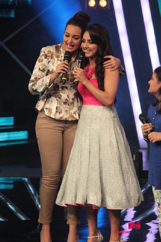 Sonakshi Croons 'Har Kisko Nahi Milta' With Neeti Mohan On