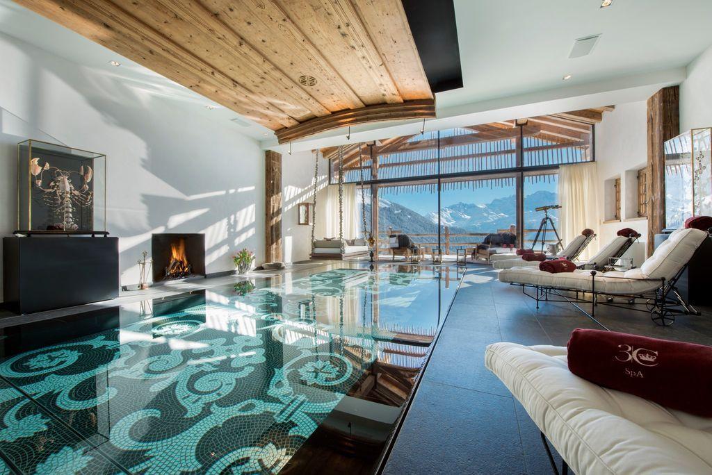 Het zwembad bedekt met mozaïeksteentjes in wanden en vloer