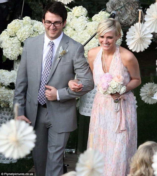 A Heavily Pregnant Jessica Simpson Upstages The Bride As She And Sister Ashlee Act Her Maids