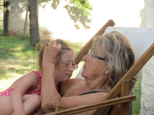 Foto de abuela acariciando a su nieta