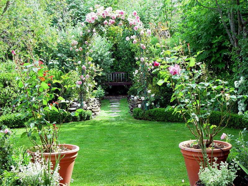 Pics for beautiful backyard flower gardens yards for Beautiful flower landscapes