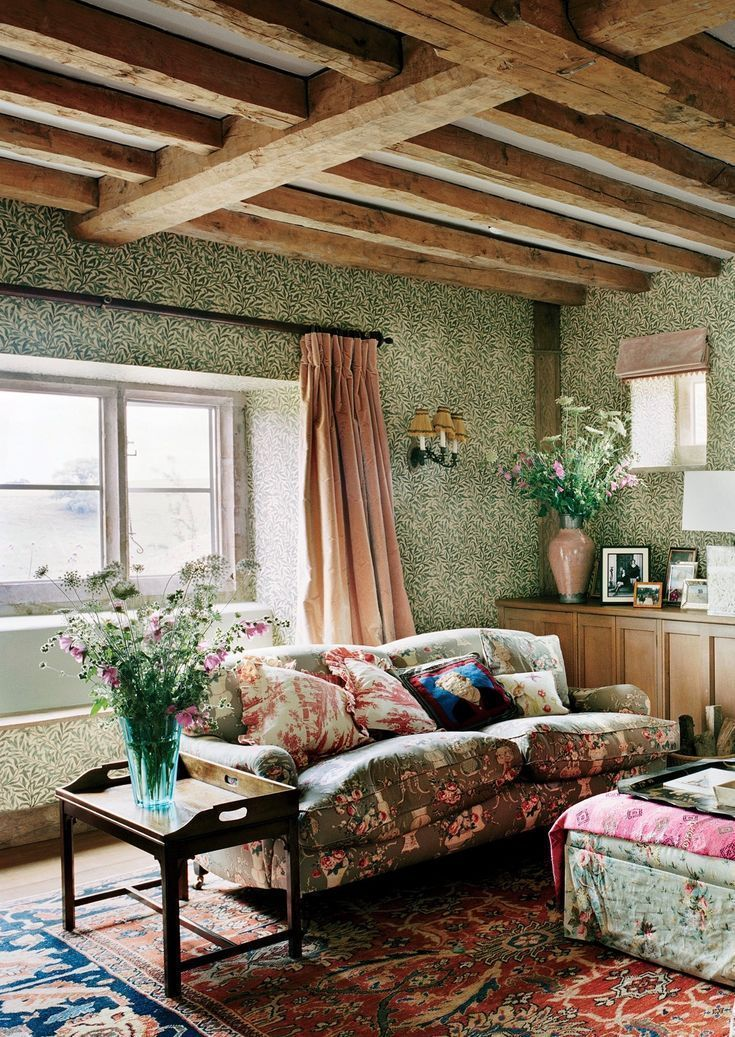 How to decorate your home in the english country house Rideaux style cottage