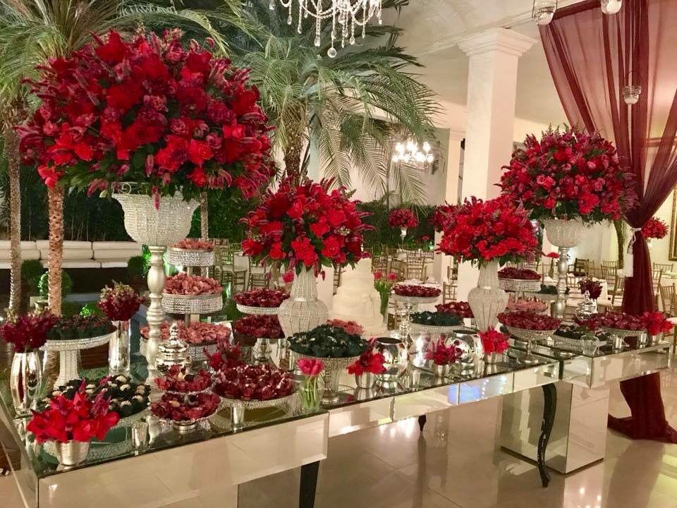 Mesa Do Bolo Espelho Com Arranjos De Flores Vermelhas Arranjos