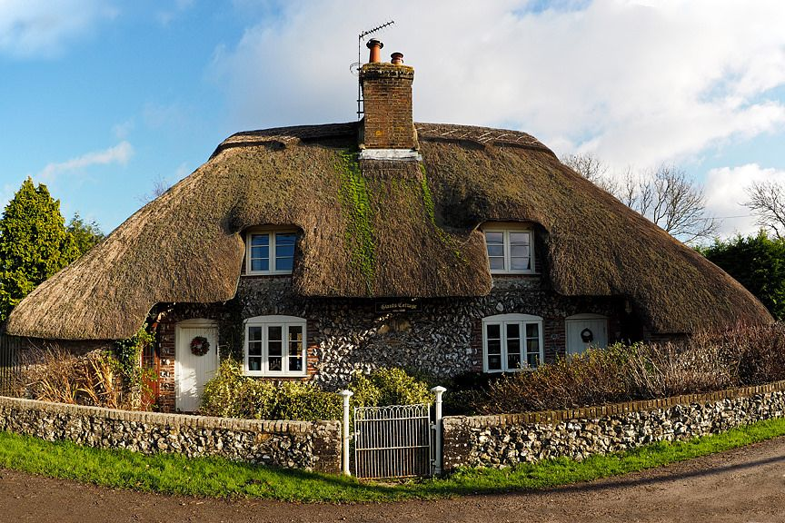 https://flic.kr/p/qme7NJ | Giants Cottage circa 1680 - Hampshire thatch and flint |