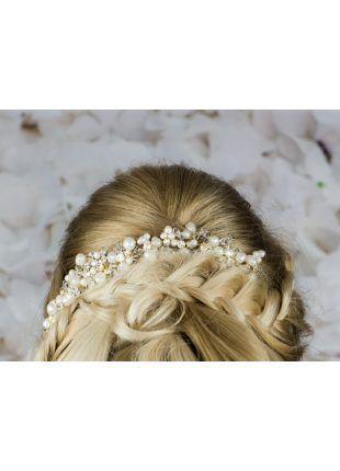 Deze haarcorsage is verkrijgbaar op www.weddingworld.nl