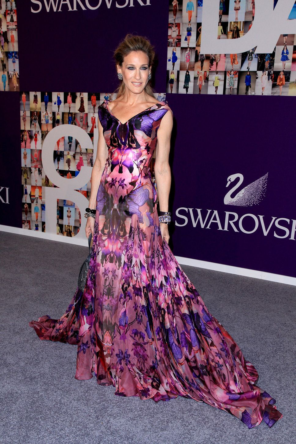 Sarah Jessica Parker. Vestido largo de seda purpura, con estampado ...