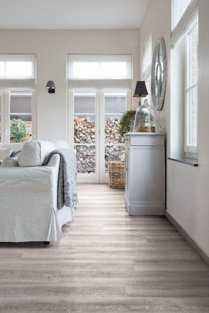 Woonkamer met vinyl vloer met houtlook reclaimed grey oak - Viligno ...