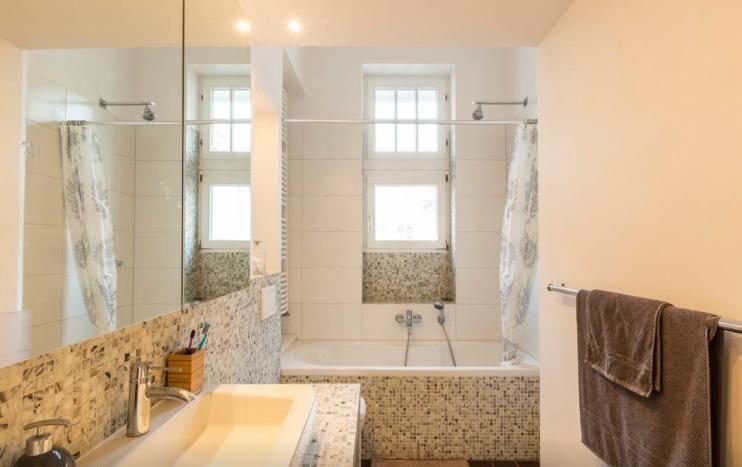 Badezimmer mit Badewanne und großem Waschbecken Wohnung in Berlin