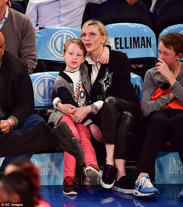 Cate Blanchett Cuddles Up To Her Sons At Basketball Game In Nyc Cate Blanchett New York Knicks Cheerleading