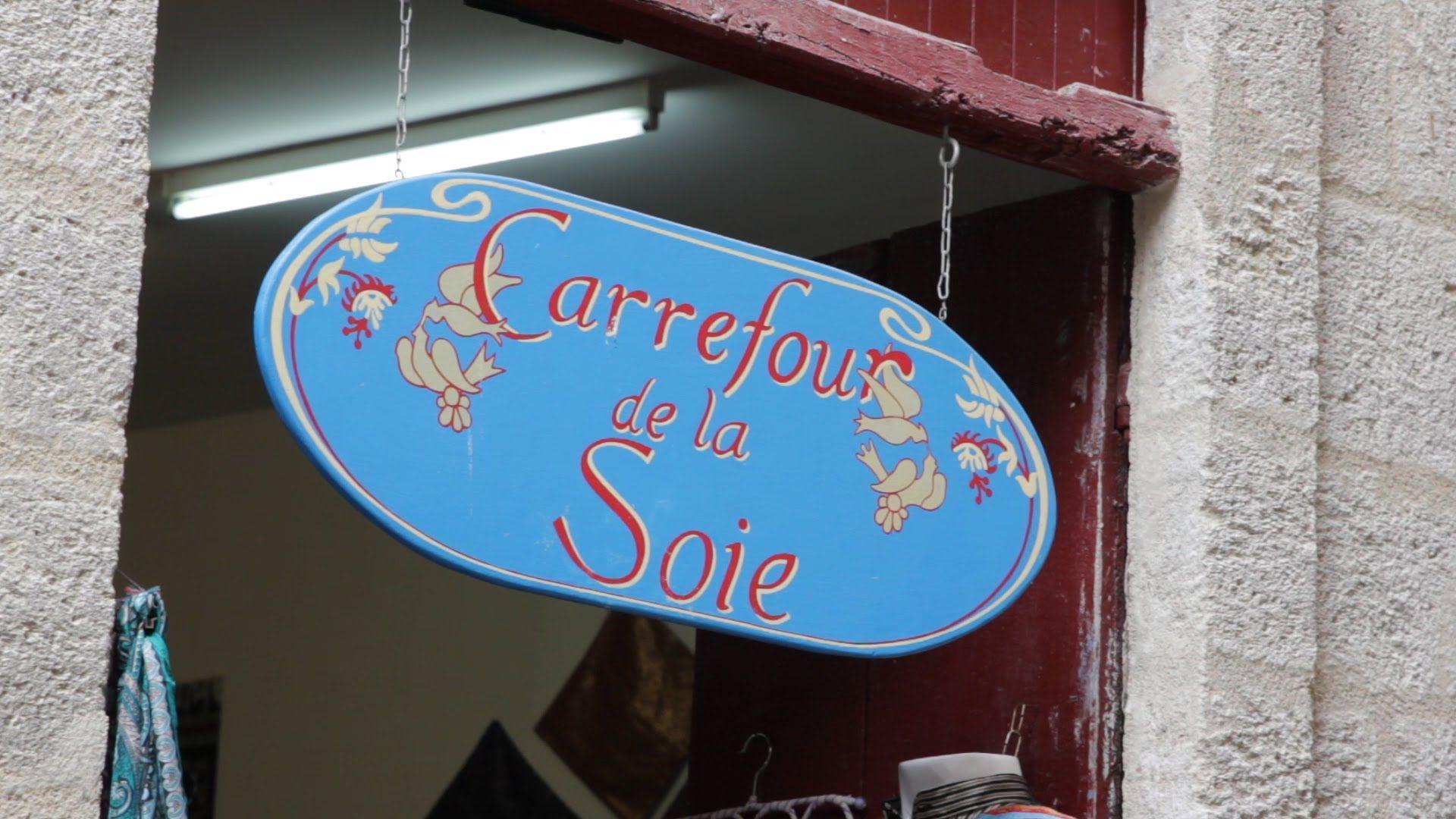 Watch this #video of one of our #artists createur Ahmad Chakkaki who shows us his fascinating craft of #silk-weaving! #Tissage de la soie et le brocart comme à #Damas! Atelier Carrefour de la Soie, his workshop in Old Town #PezenasQuartierRueDeLaFoire ! For more information find us on Facebook & YouTube #Pezenas #Coeur de Ville!