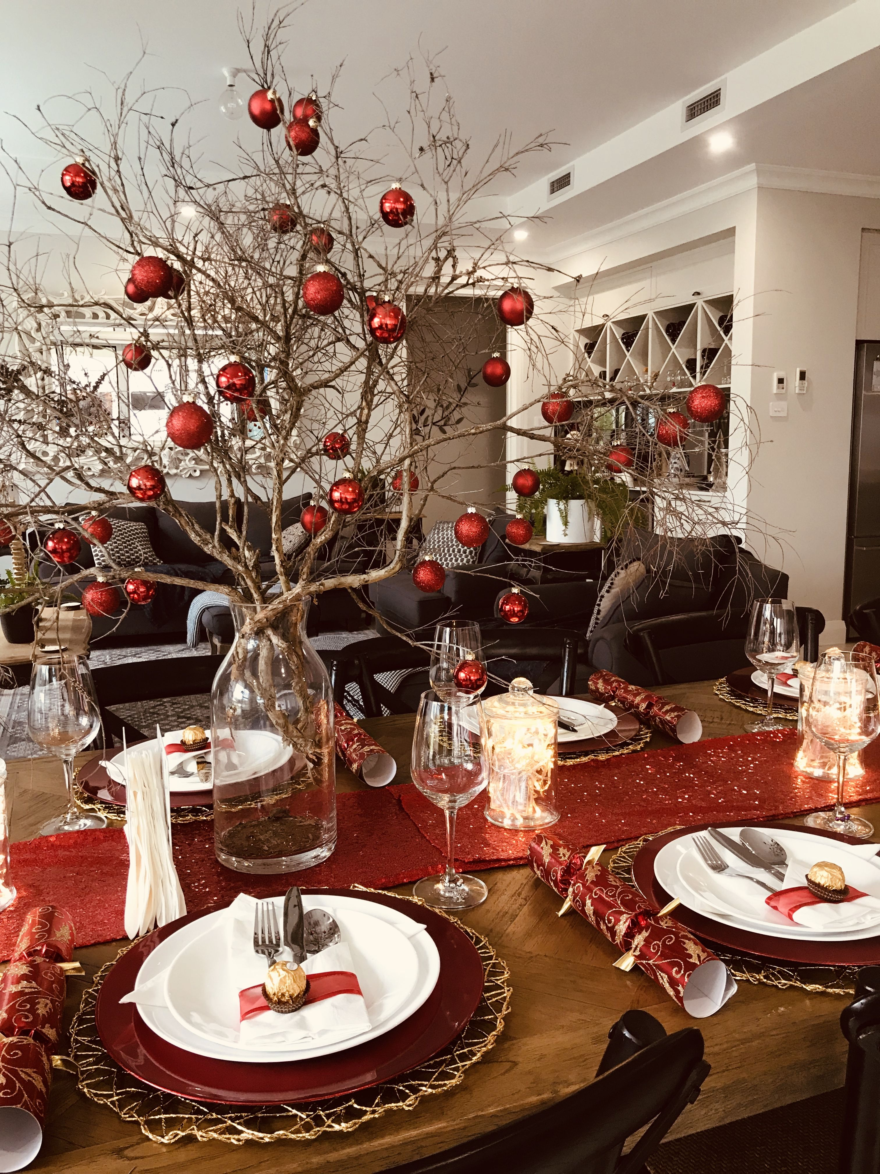 Christmas Table Setting With Gold Placemats Red Charger Plates Christmas Table Christmas Dinner Table Christmas Table Settings