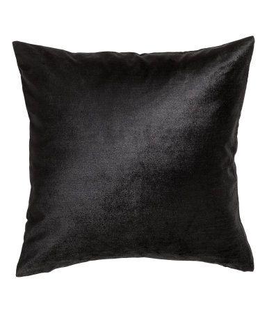 Musta. Tyynynpäällinen puuvilla-viskoosisekoitteesta tehtyä samettia…