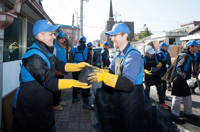 한국지엠 임직원들이 설립한 사회복지법인 '한국지엠 한마음재단', 주위의 어려운 이웃을 위해 사랑의 연탄 기증