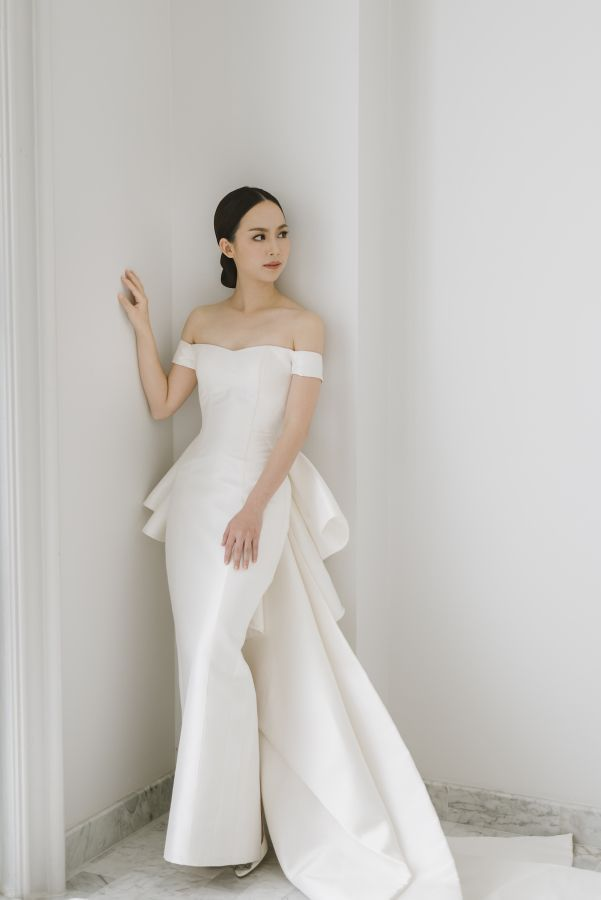 Chic off-the-shoulder wedding dress: http://www.stylemepretty.com ...