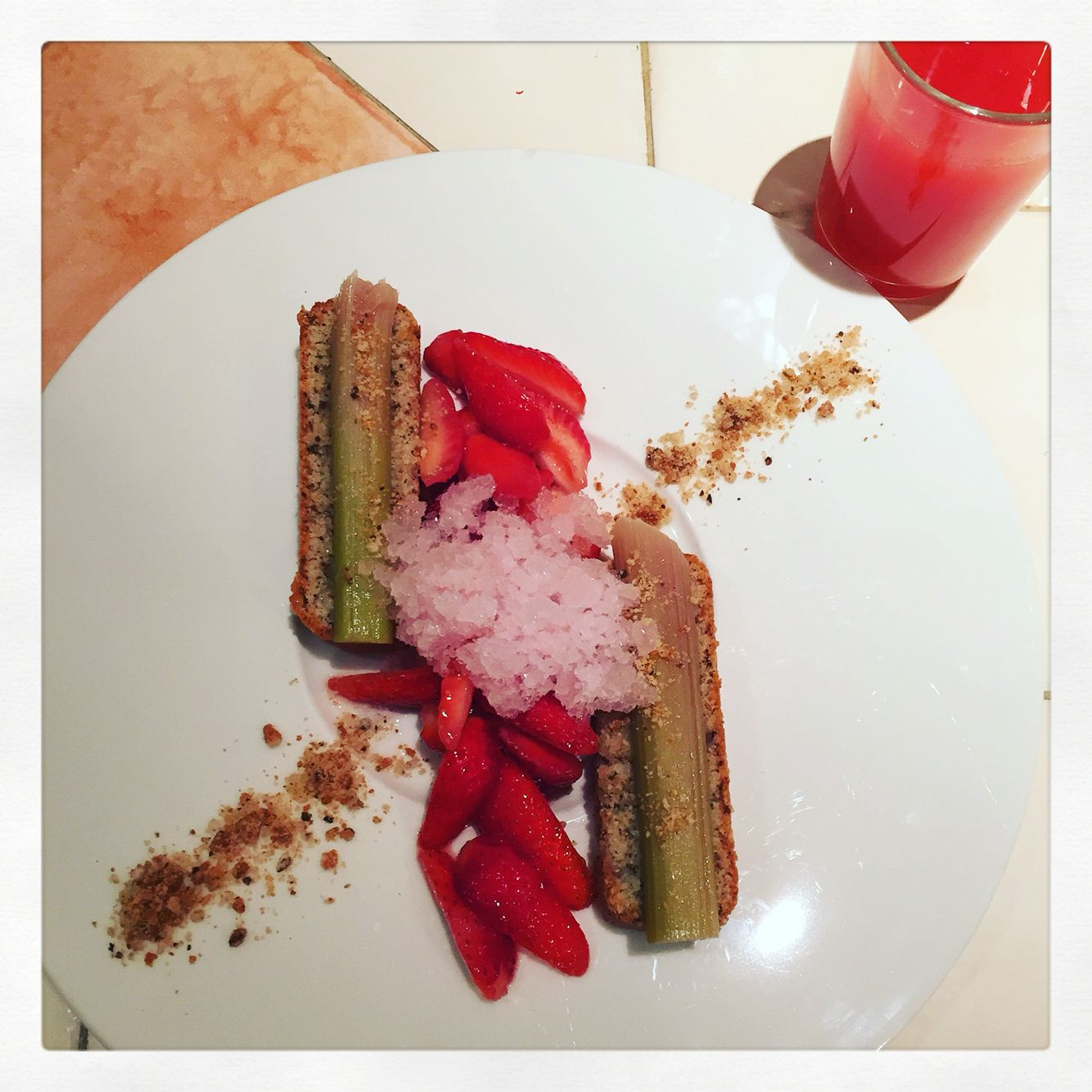 Financier aux amandes, rhubarbes confites, fraises et soupe de fraises à la mélisse, granité gingembre cardamome