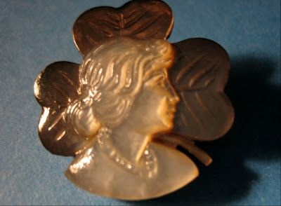 http://challengingartsandcrafts.blogspot.fr/2012/11/antique-mother-of-pearl-buttons.html