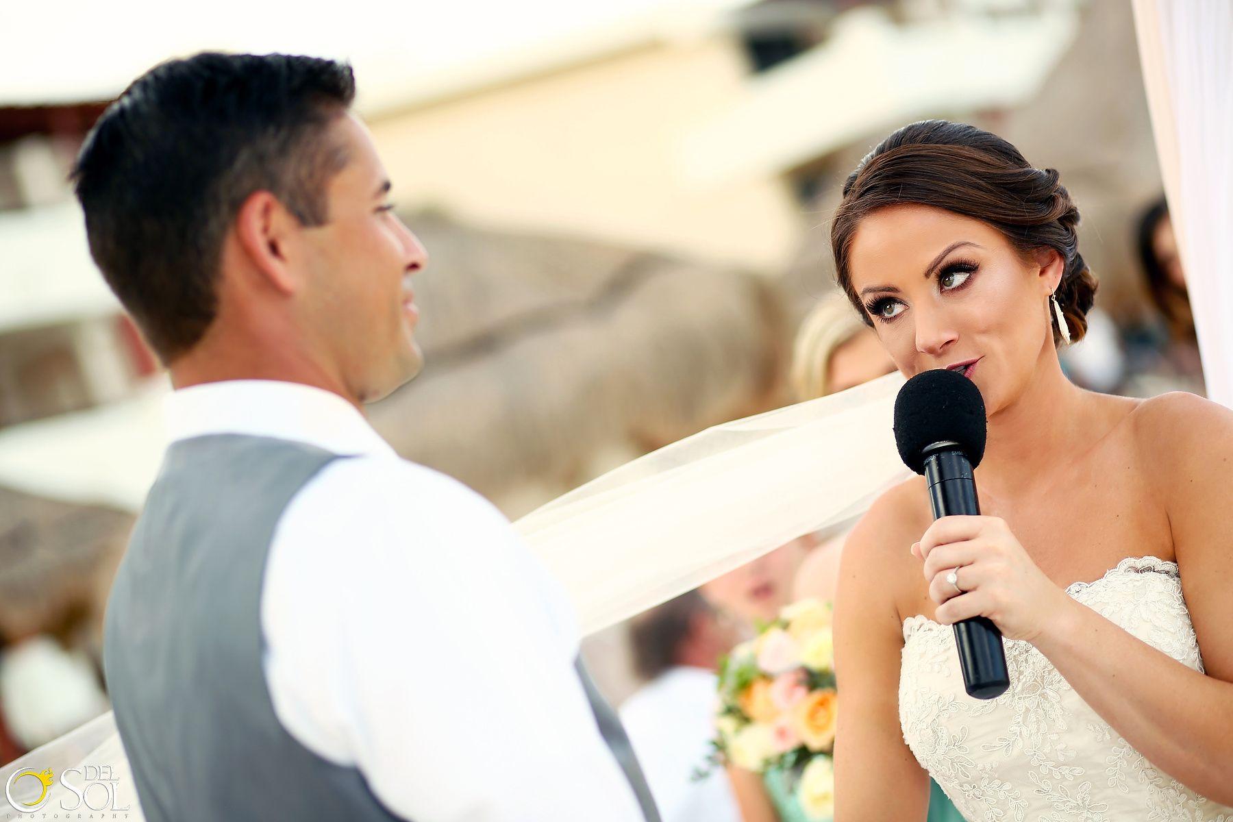 La novia diciendo unas palabras para su amado. Hermosa boda junto a ...