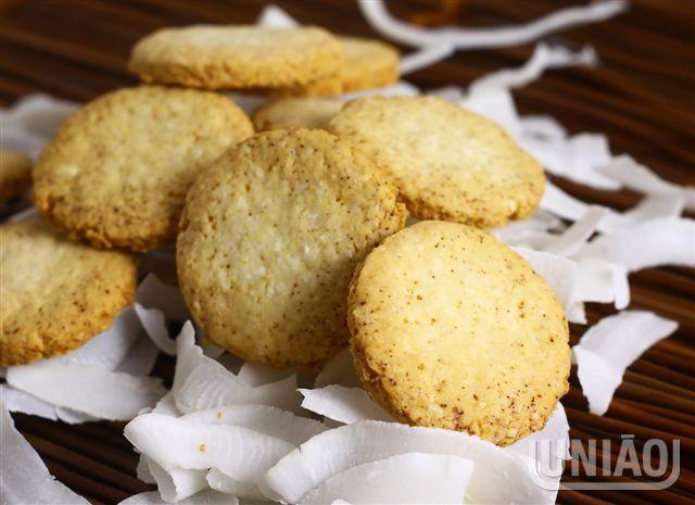 Peneire juntos o açúcar, o fermento, a farinha e o amido de milho. Junte a manteiga, o óleo, os o...