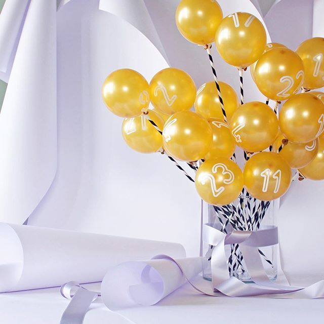 24 goldene Miniballons gefüllt mit Luft und kleinen Botschaften! ✨ heute im Happy Monday DIY! #adventskalender #adventcalendar #balloons #christmasiscoming #diyproject #madewithlove