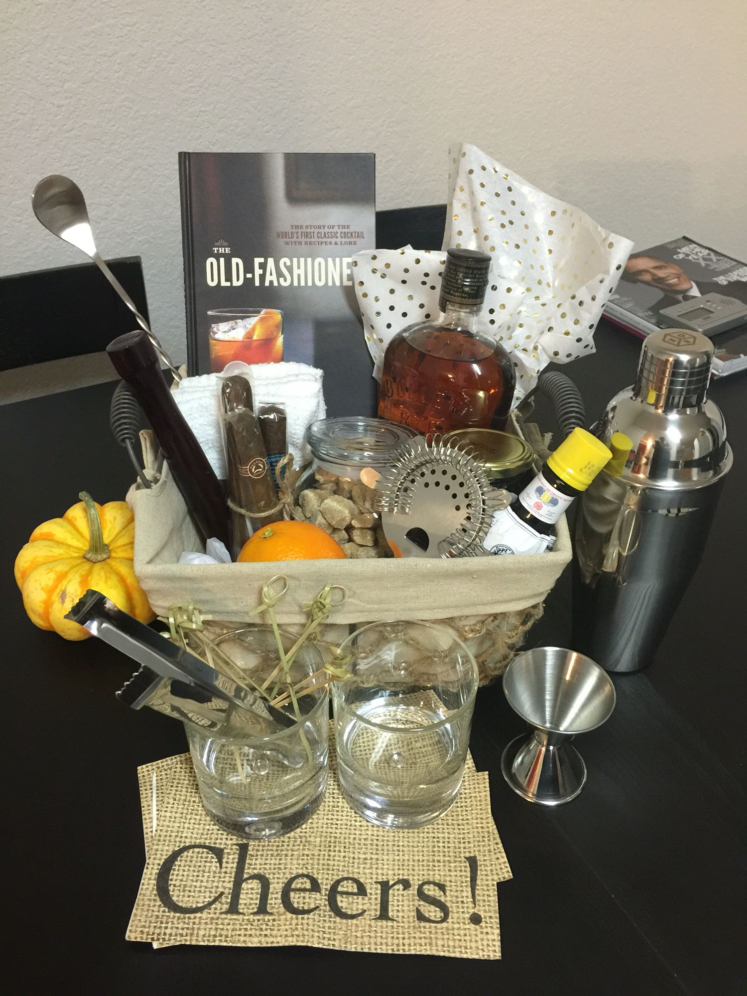 man gift basket the old fashion cocktail geschenke pinterest geschenke geburtstag und. Black Bedroom Furniture Sets. Home Design Ideas