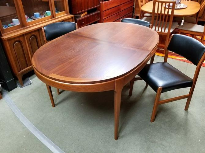 Mid Century Modern Oval Walnut Dining Table From The Rhythm Collection By Lane Walnut Dining Table Dining Table Mid Century Modern Oval