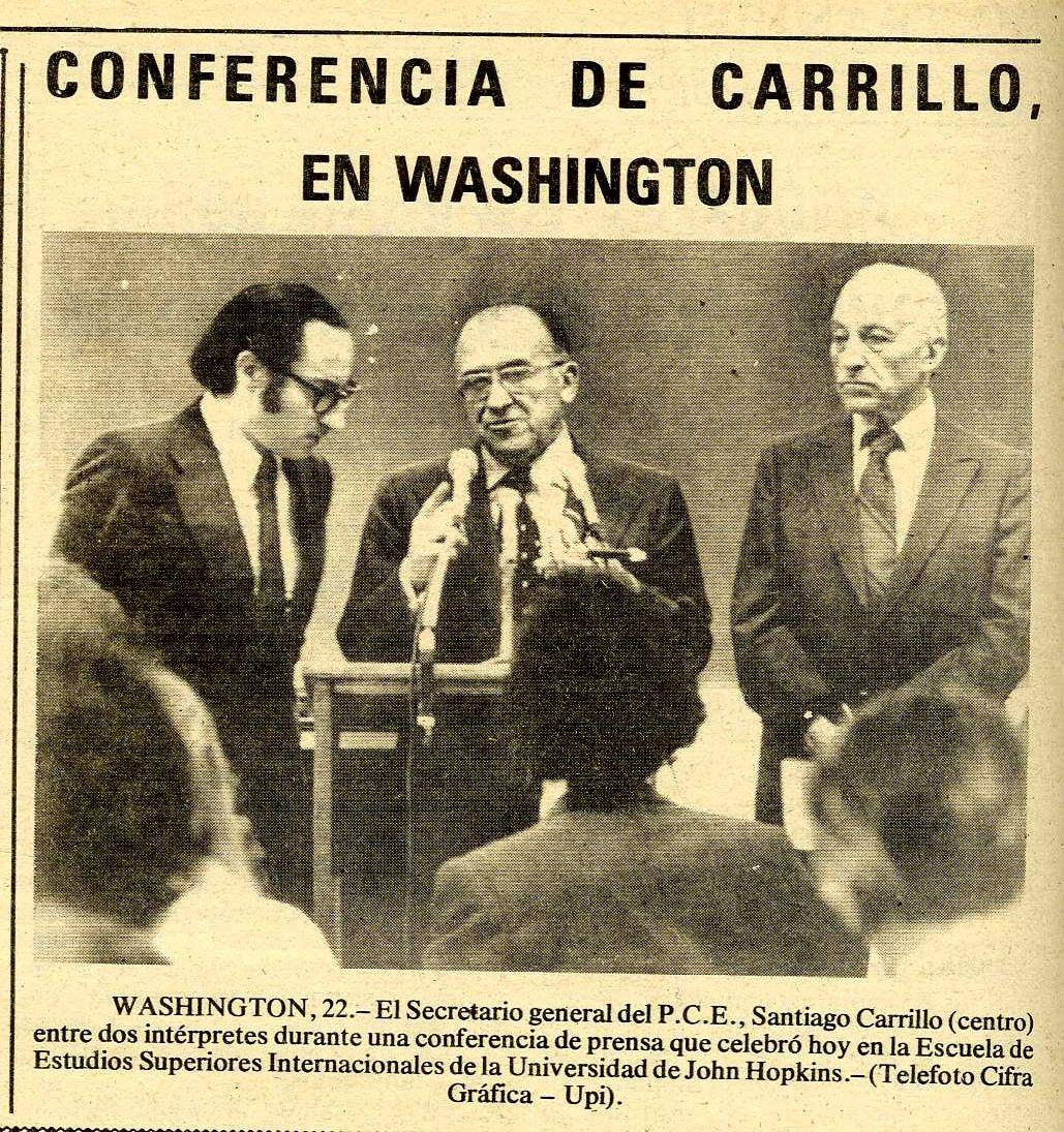 """Santiago Carrillo en una conferencia de prensa celebrada en la Escuela de Estudios Superiores de la Johns Hopkins University el 22 de noviembre de 1977. Foto Cifra Gráfica-UPI. La noticia recogida por el periódico """"Región""""."""