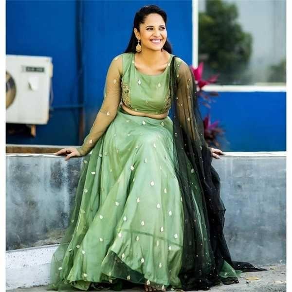 Telugu TV Anchor Anasuya Hot Navel Photos In Black Saree