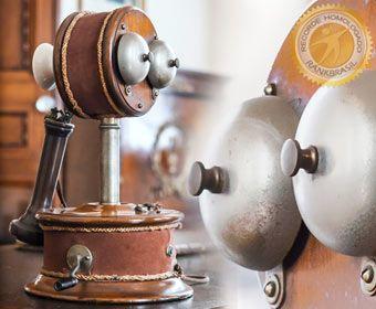 O primeiro telefone do Brasil, e o segundo do mundo!! , teve sua instalação em 1877, no Palácio da Quinta da Boa Vista, onde atualmente funciona o Museu Nacional do Rio de Janeiro.Brasil