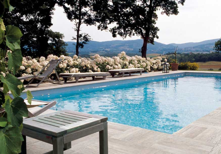 Fotograf a de terraza al aire libre con piscina rodeada de for Jardin al aire libre de madera deco