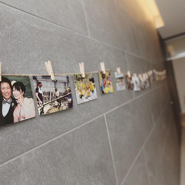 """@myk_0912wedding's photo: """"受付ラウンジへ続く道も、2人やゲストとの写真をいっぱい飾りました。好評やったようで、楽しめたよと言ってもらえました! #ウェルカムスペース #写真 #ガーランド #アットホーム #ガーデンウェディング #ナチュラルウェディング #結婚式 #wedding #プレ花嫁 #プレ花嫁卒業 #ウェディングフォト #weddingphoto"""""""
