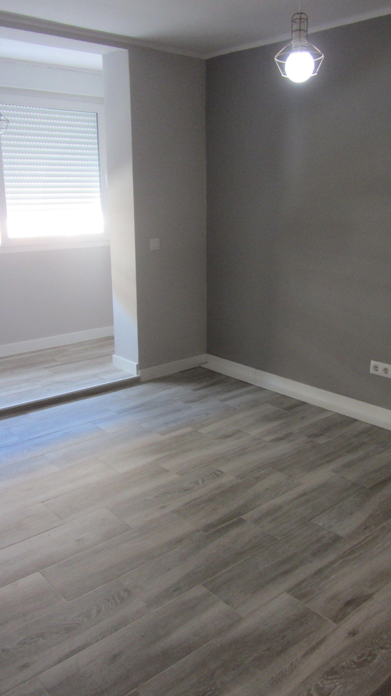 Baldosa De Gres Porcelanico Estilo Madera Opcion House Flooring Living Room Wood Floor Grey Wood Floors Bedroom