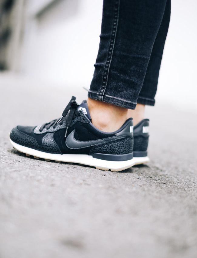buy online 0a358 a9768 Déclinées en mode bi-matière carbone, les Nike Internationalist ne manquent pas  d allure ! (photo Happily Grey)