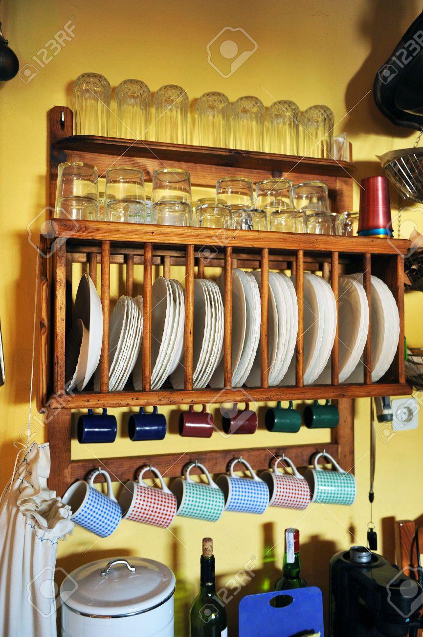30625226-Muebles-de-cocina-para-los-platos-y-vasos-en-una-casa-de ...
