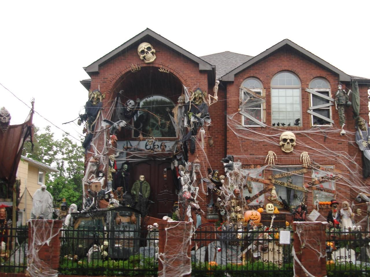 Amazing halloween horror houses spider webs haunted for Scary halloween home decorations