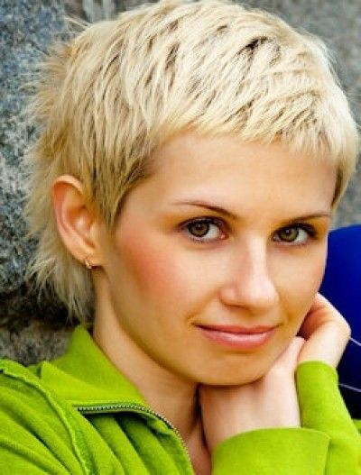 Short pixie style with messy and spiky back, never have I been blond but I think I need to do it soon if I will ever do it!