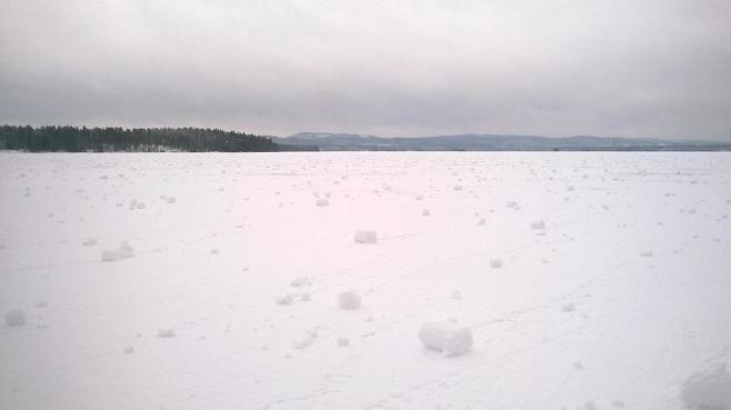 Jormasjärven jäällä Sotkamossa oli lumipalloja silmän kantamattomiin.