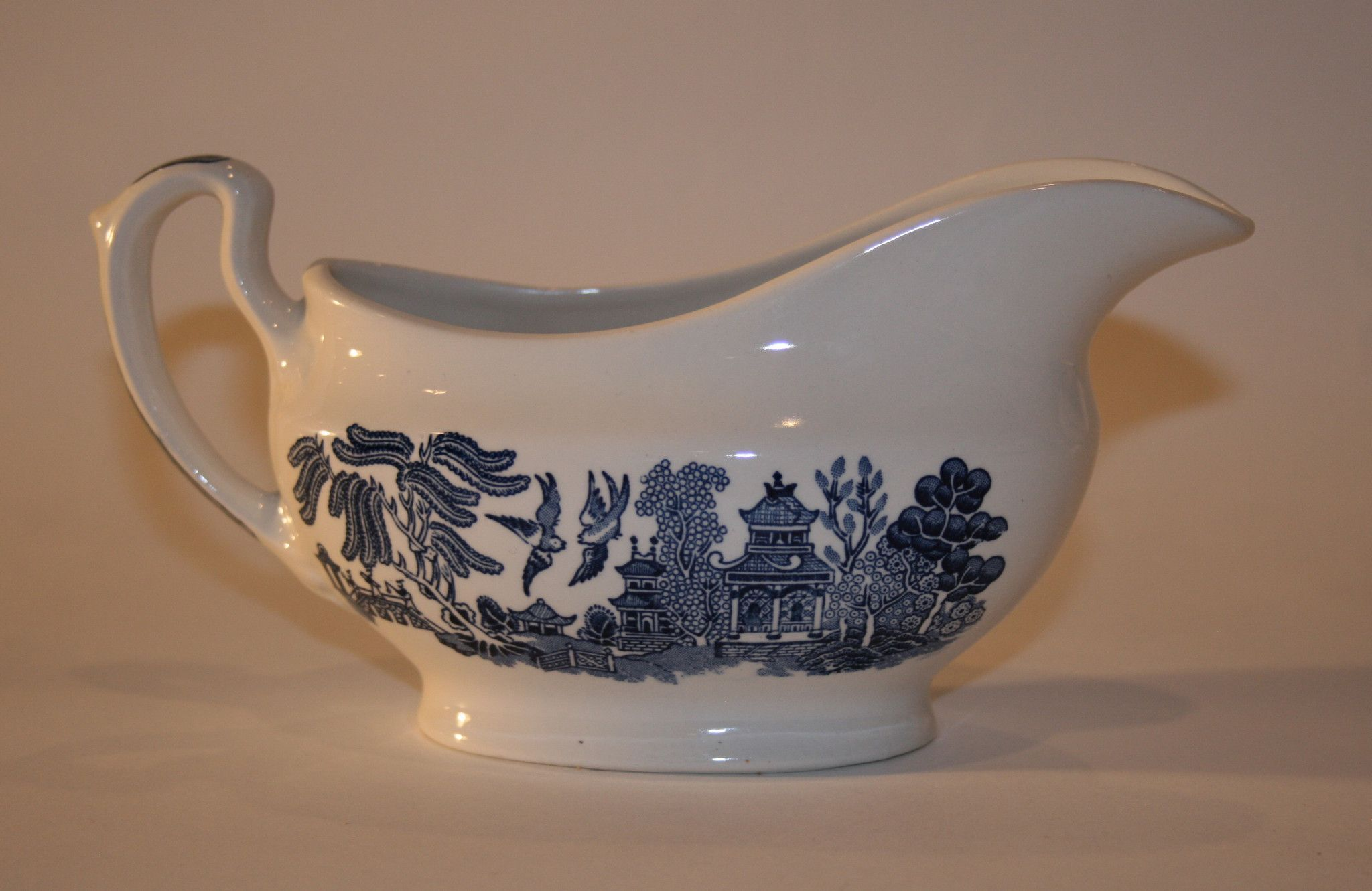Blue Willow Churchill Pattern by England Staffordshire. Signed 18 Staffordshire England. Fine English Tableware & Staffordshire Gravy Boat | Gravy boats Georgian and Tablewares