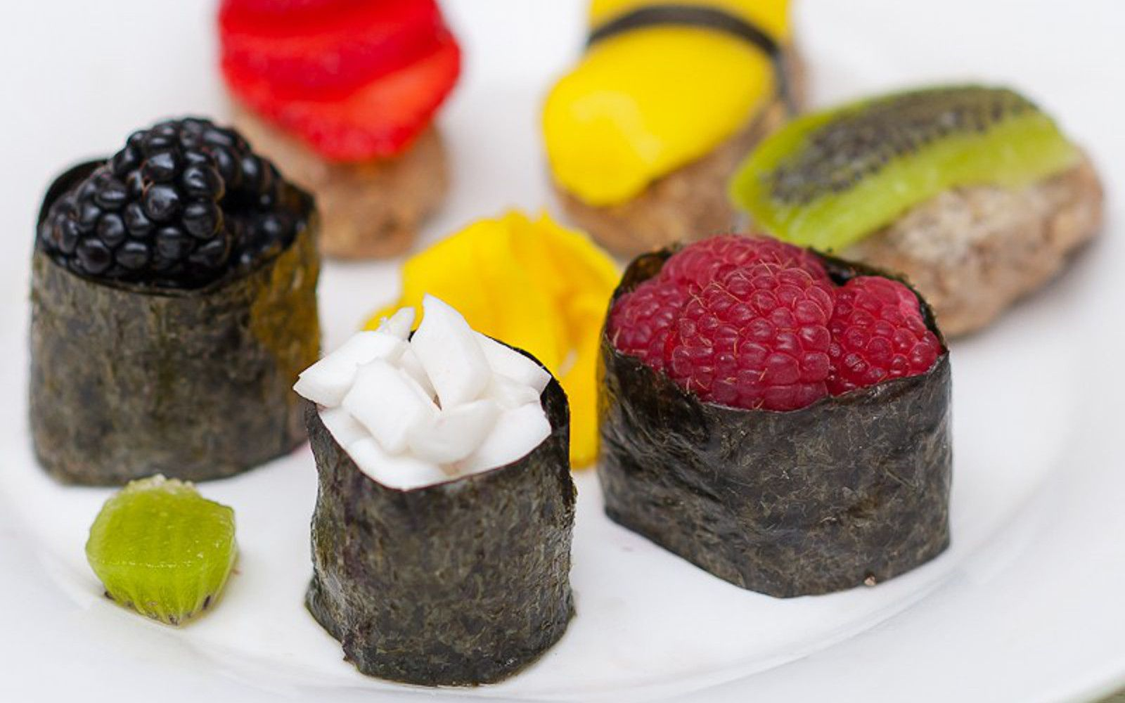 Fruity Dessert Sushi With Cinnamon Vanilla 'Rice' [Vegan, Raw] #dessertsushi