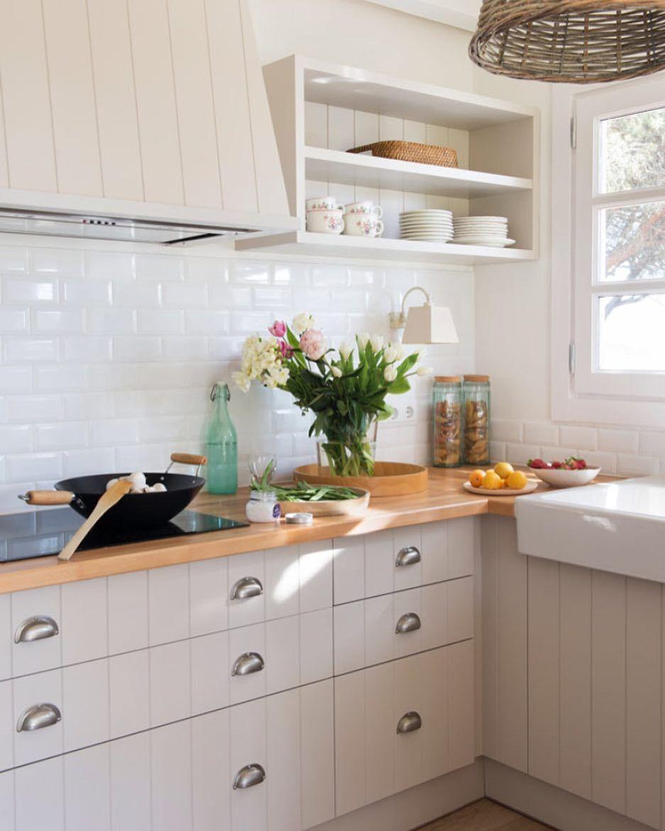 Tenemos Los Ingredientes Mágicos Para Sacarle El Máximo Partido A La Cocina De Tu Piso De Alquile Decoración De Cocina Cocina Blanca Y Madera Muebles De Cocina