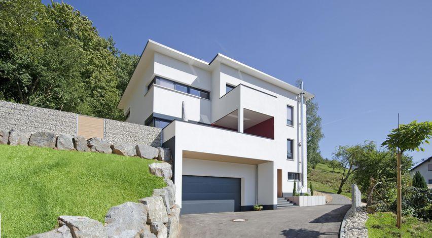 Haus Berghammer Als In Extremer Hanglage Mit Transparenten Übergängen Zu Terrasse Und Lounge Bietet