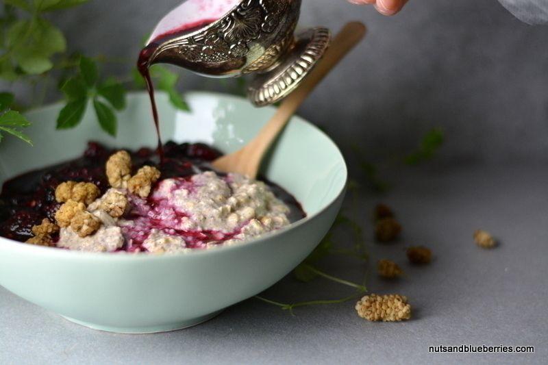 Vanilla Porridge with hot berry sauce #healthy #breakfast #porridge #oats #recipe